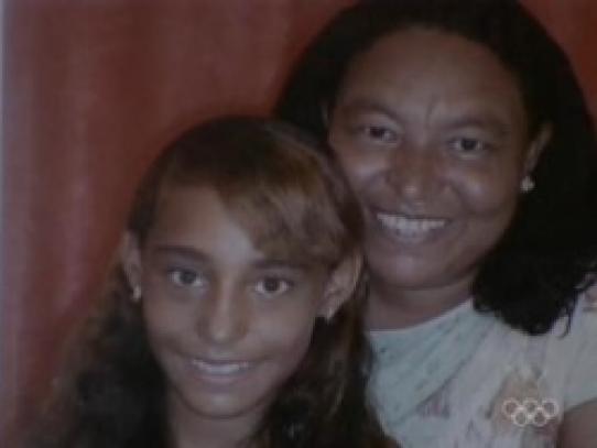 Madre con su niña a la que dos adolescentes arrancaron el corazón arrancaron el corazón