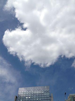 Un poco frecuente cielo azul con nubes blancas en Pekín. J.R.