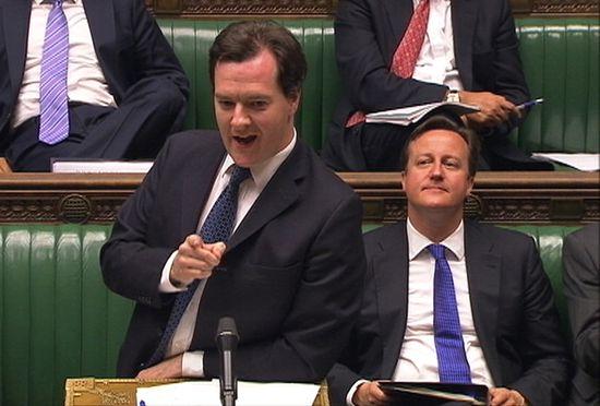 George Osborne y, en segundo plano, David Cameron.