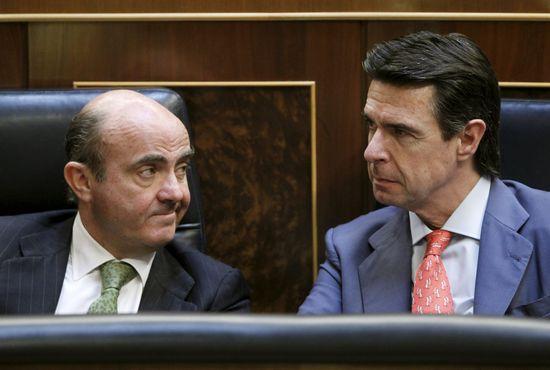 El ministro de Economía  Luis de Guindos.  junto al ministro de Industria Energía y Turismo  José Manuel Soria durante el pleno del Congreso