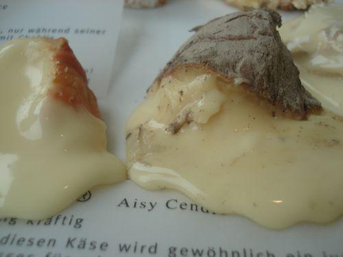 Bandeja de quesos de pasta blanda de leche cruda. Cada pieza se acompaña con notas explicativas, tipo de leche, origen, tiempo de maduración en cava, etcétera