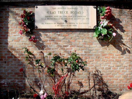 Las_Trece_Rosas. Placa en el cementerio de la Almudena