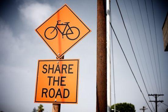 Las bicicletas deben ir por la calzada con los coches.