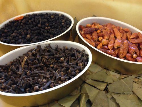 Ingredientes de los mejillones en escabeche, laurel, guindilla, pimienta negra y clavo