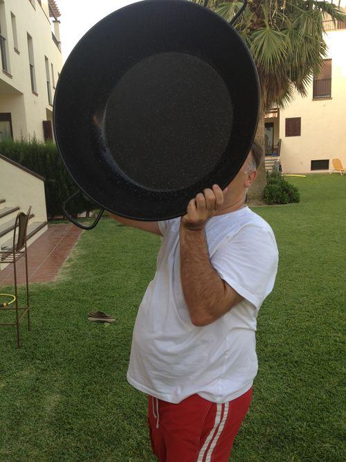 José Andrés, burlón y gamberro, bailando con el gran caldero en el que elabora arroces para sus amigos en Zahara de los Atunes