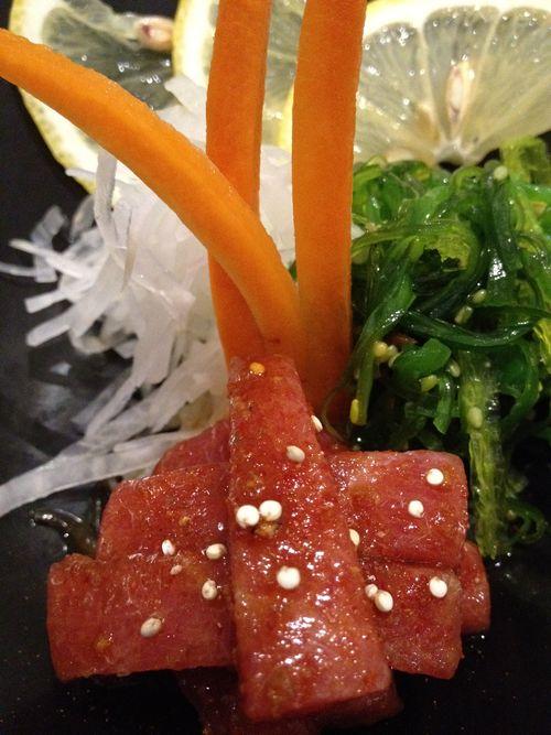 Atún picante con ensalada de algas