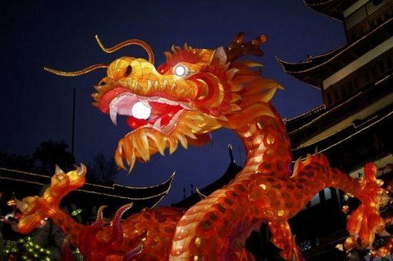 Farol con la forma de un dragón en los jardines Yu, en Shanghai. (Reuters)