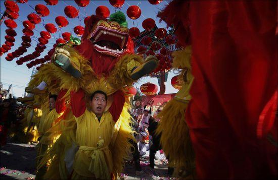 Danza del león en las fiestas de Año Nuevo en Pekín en 2009. (AP)
