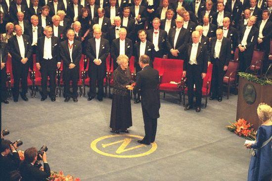 Wislawa Szymborska entrega Premio Nobel por Dan Vander Zwalm 1996