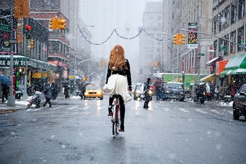 Biking-city-snow. Foto de DFB (http://downtownfrombehind.tumblr.com)
