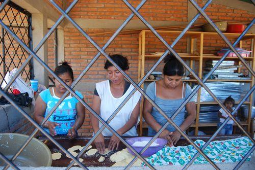 Mujeres que trabajan en un proyecto de panadería. MÓNICA HERNÁNDEZ