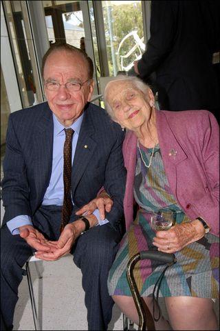 FOTO: Rupert Murdoch junto a su madre, en Langwarrin (Australia), en noviembre de 2005 (Gtresonline)