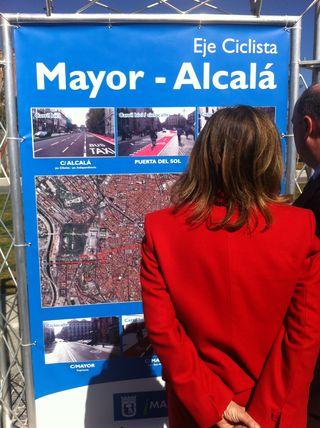 Ana Botella frente a un cartel del eje ciclista Mayor-Alcalá