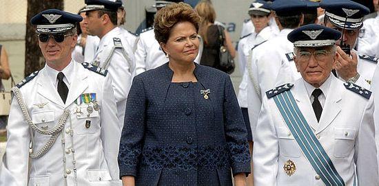 Dilma con los militares