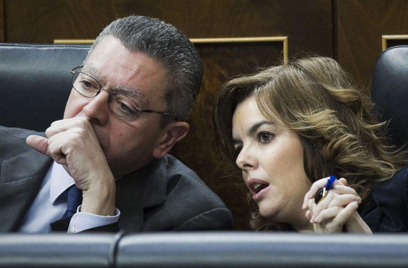 La vicepresidenta del Gobierno, Soraya Sáenz de Santamaría, y el ministro de Justicia, Alberto Ruiz Gallardón, el miércoles en el Congreso. EFE / Emilio Naranjo