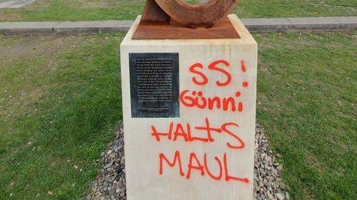 TopTeaser_crop_Der-Sockel-des-von-Grass-gestifteten-Denkmal-in-G-ttingen-wurde-mit-Graffiti-beschmiert.-Foto-Stefan-Rampfel