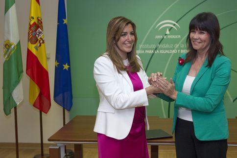 Micaela Navarro entrega de la cartera de Igualdad a Susana Díaz. / JULIÁN ROJAS