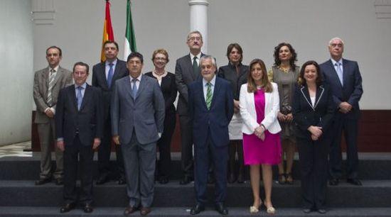 José Antonio Griñán posa con el nuevo Gobierno andaluz. / GARCÍA CORDERO