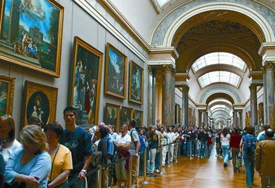 Colas en el Louvre.daniel mordzinski