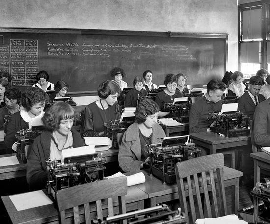 1920_Eastern_High_School clase de mecanografía