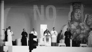 NO, proyectado sobre el Papa
