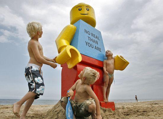 Giant_lego_man