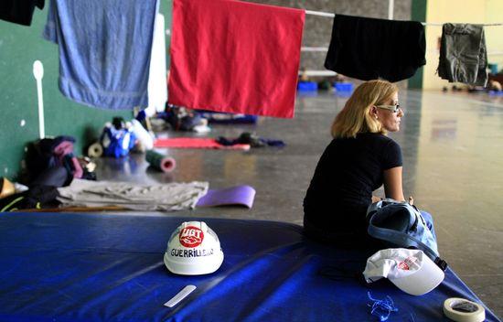 Una mujer descansa en la parada de la marcha minera en el barrio madrileño de Aravaca (SAMUEL SÁNCHEZ)