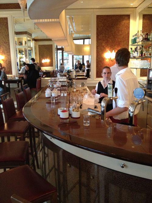 Mostrador de la cafetería-tienda del hotel Sacher