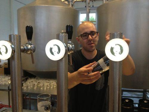 Jaime Riesgo, tirando cerveza