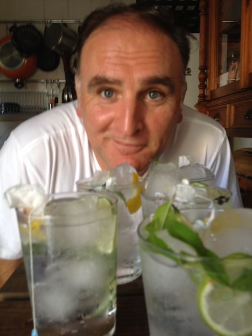 José Andrés detrás de la fila de gin tonics que preparó ayer en su casa de Zahara de los Atunes (Cádiz)