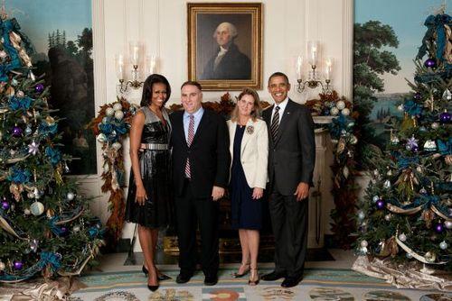 José Andrés y junto a a su esposa Patricia, durante la recepción de las navidades de 2011 en la Casa Blanca al lado de Michelle y Barack Obama