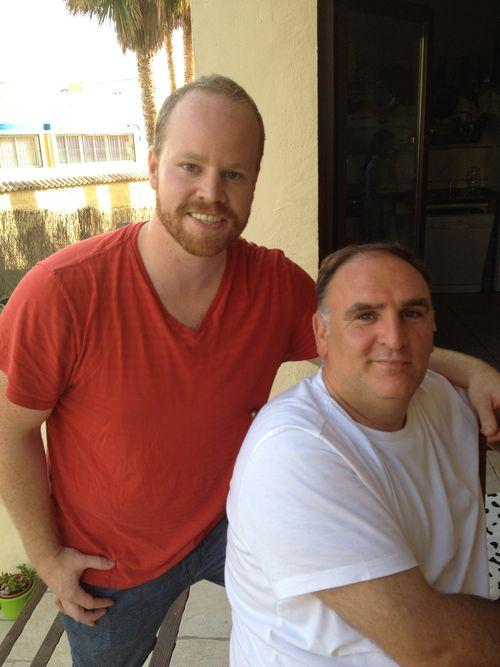 José Andrés con un ayudante de cocina norteamericano en su casa de Zahara de los Atunes