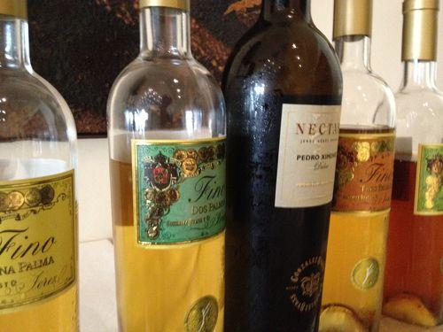 Botellas de vino fino y PX con las que se acompañan (optativo) los menús de atún en El Campero
