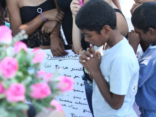 Yasmin ( niños rezando por ella)