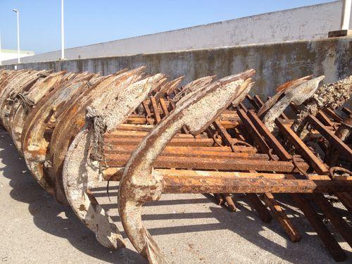 Colección de viejas anclas del puerto de Tarifa