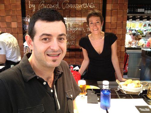 El cocinero Ricard Camarena y su esposa Mari Carmen en la barra del Central Bar en el Mercado Central de Valencia