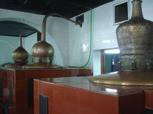 Alambiques de cobre donde se destila gin Xoriguer con fuego de leña