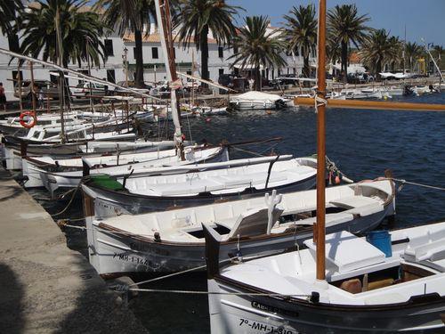 """Barcas de pesca, """"llauts"""", en el puerto de Fornells"""