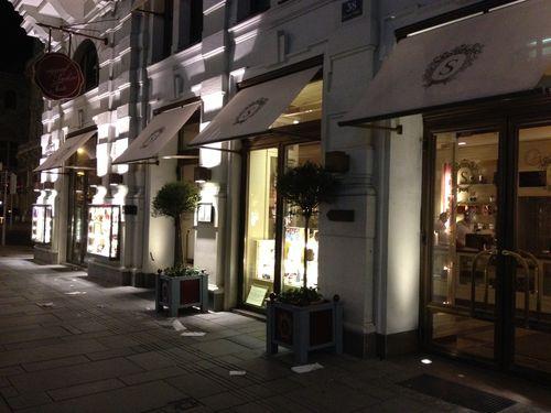 Fachada nocturna de la tienda cafetería del Hotel Sacher, Viena