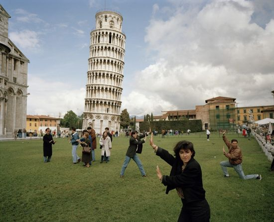 Martin-parr-leaning-tower-pisa-tourists-1990-1024x831
