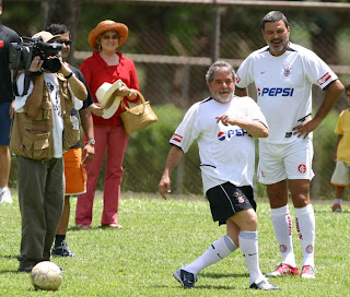 Lula jugando a futbol