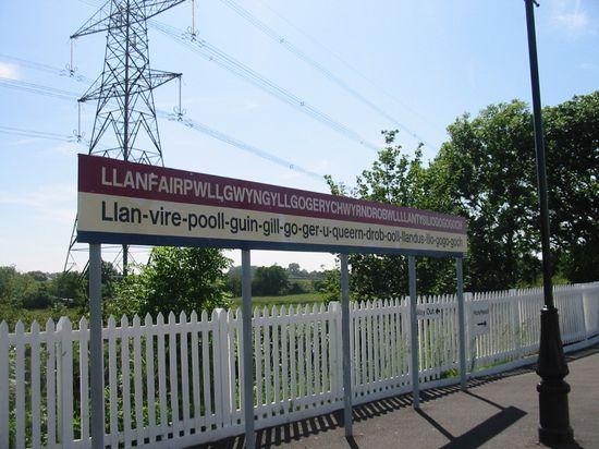 Llanfairpwllgwyngyllgogerychwyrndrobwllllantysiliogogogoch_station_sign