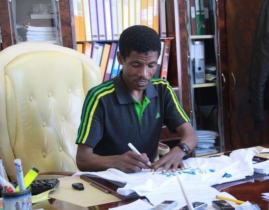 Haile Gebrselassie en su oficina
