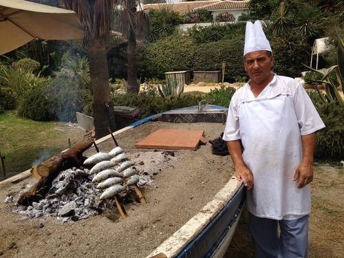 """Juan Antonio García Cecilla, espetero de Puente Romano: """"Este año las sardinas son pequeñas como boquerones. Estamos esquilmando la costa"""
