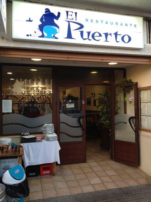 Bar, restaurante El Puerto donde cada noche sirven besugos de la subasta de cada tarde