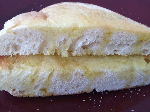 Medio mollete de Écija tostado rociado con aceite y azúcar