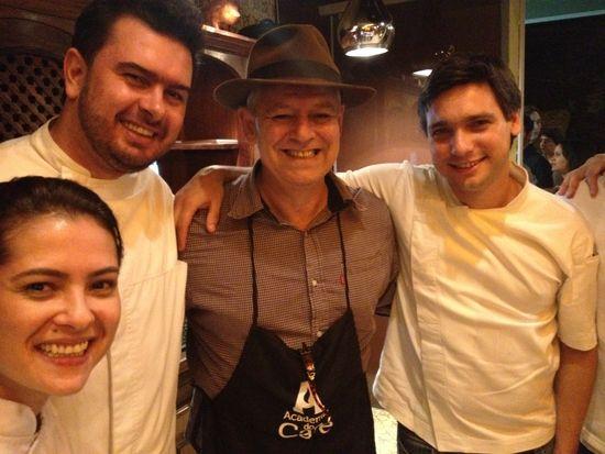 El especialista en cafés, Bruno Souza en compañía de jóvenes cocineros de Belo Horizonte