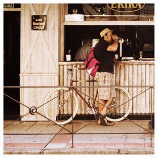 Domiciano Brezmes con una de sus bicicletas. Foto de Pablo García.