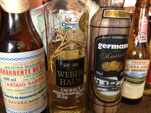 Botellas de cachaça de distintas calidades y grados de añejamiento. Una muestra mínima de las 350 marcas que atesora la bodega de Mocotó