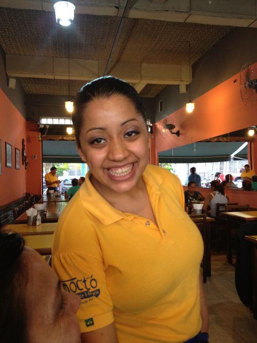 Risueña camarera de Mocotó